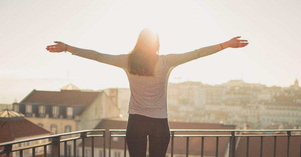 personne qui profite du soleil sur un balcon